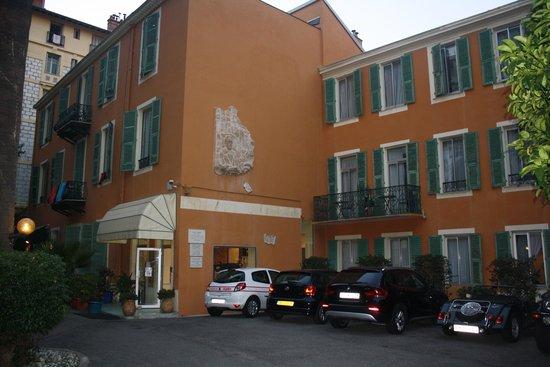 Hotel Oasis: Entrada do hotel e estacionamento