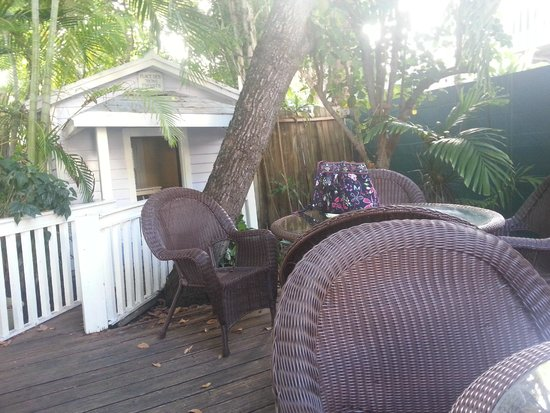 Wicker Guesthouse : Seating for breakfast and kids playhouse