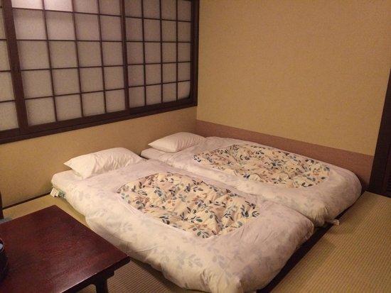 Matsubaya Inn : Futon in delux room. Vert comfy!!!