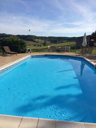 Mas De Cinq Sols: La piscine avec une très belle vue
