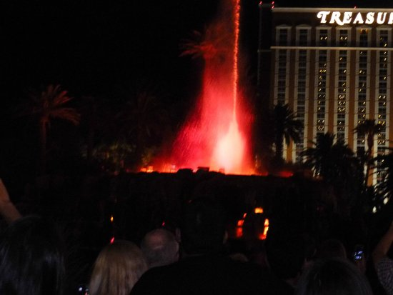 Best Western Plus Casino Royale: mirage volcano that is across the street