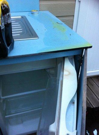 Camping Antipolis : Etat de l'évier et du frigo à notre arrivée, le frigo étant sous évier