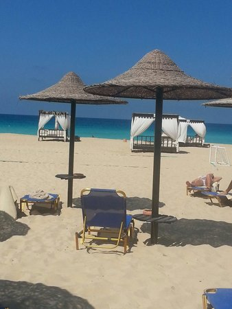 Jaz Almaza Beach Resort: Ombrelloni