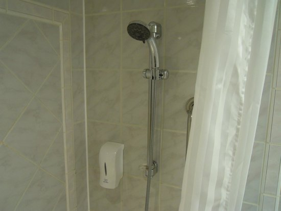 Travelodge Gatwick Airport Central: shower