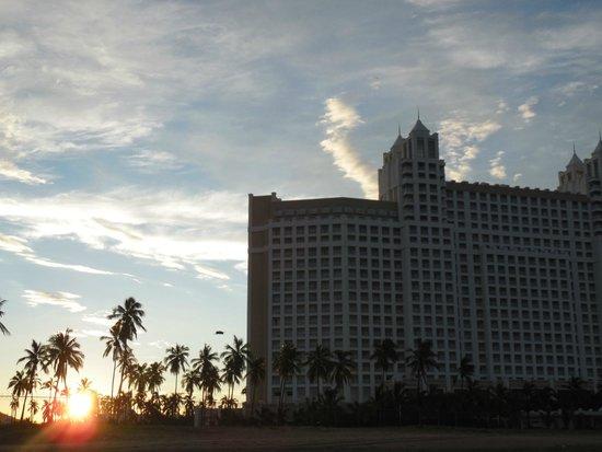 Hotel Riu Emerald Bay: Amanecer frente el RIU