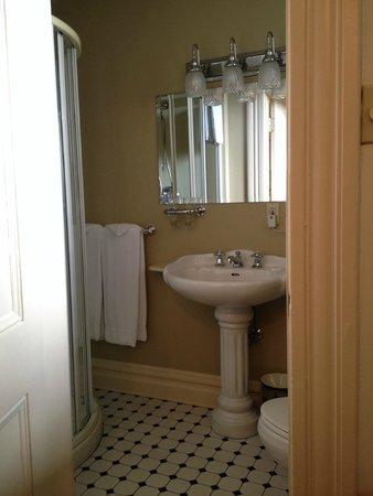 O Canada House West Room, Bathroom