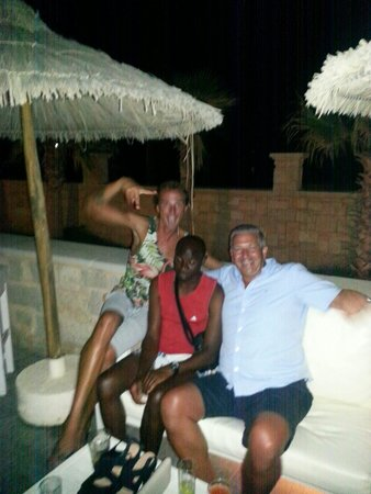 Stella Palace Resort & Spa : My husband enjoying the evening with Zulu & Jack