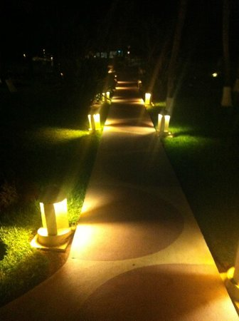 Crown Paradise Club Cancun: Even at night, CPC was beautifully lit