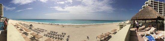 Crown Paradise Club Cancun : Pan of the beach