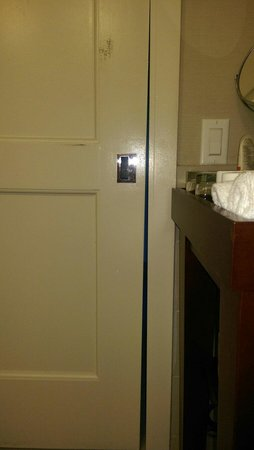 The Westin Pasadena: Bathroom door won't close