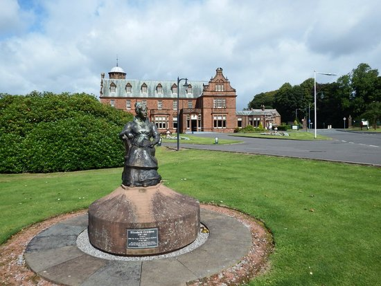 Holiday Inn Dumfries: Front of the Hotel by Elizabeth Crighton statue