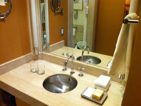 Grand Hyatt Sao Paulo: Pia e produtos de higiene