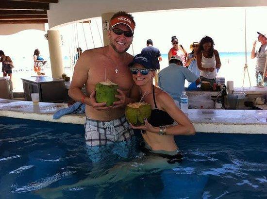 Omni Cancun Resort & Villas: coconut drinks @ Kuku's beachfront bar