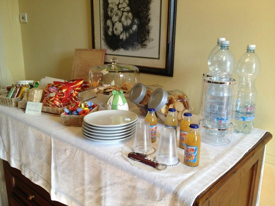 Aia Mattonata Relais: Kitchen area with free snacks and drinks