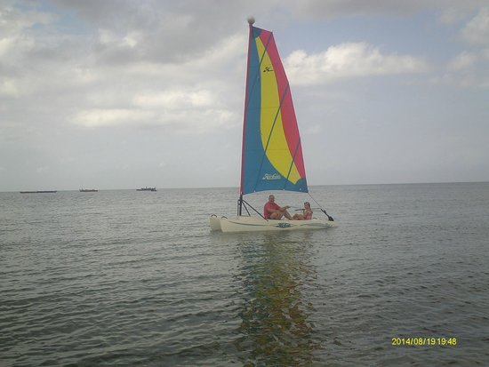 Sea Cliff Resort & Spa: Sailing from the beach