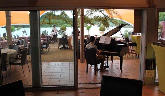 Cafe Zik - Piano and lake view