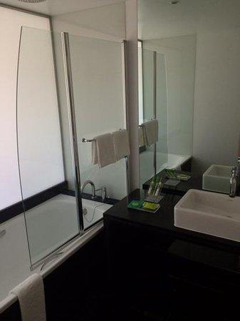 Marina Club Lagos Resort: Spacious bathroom in studio