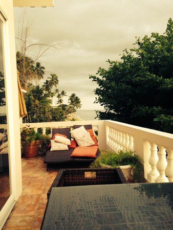 Tres Sirenas Beach Inn: Our own private outdoor living room!
