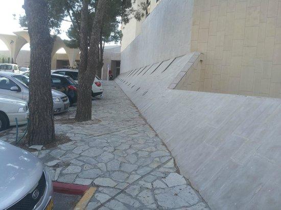 Crowne Plaza Hotel Jerusalem: Unwelcoming Entrence