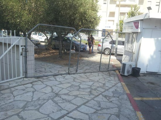 Crowne Plaza Hotel Jerusalem: Sidewalk is blocked and pedestrians need to go on the road instead.