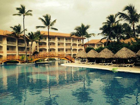 Majestic Colonial Punta Cana: Центральный бассейн и мостик отеля