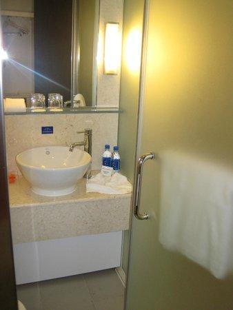 Holiday Inn Express HONG KONG SOHO: bathroom