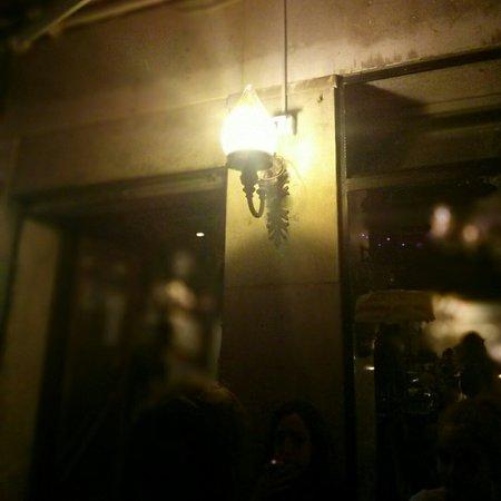 Osteria alla Bifora: Luminaire à la porte