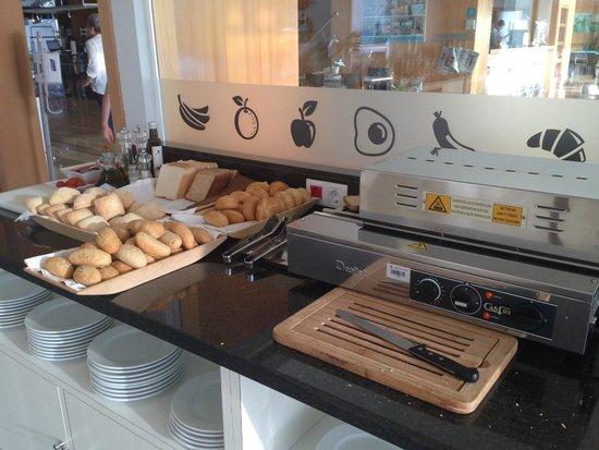 Hotel Spa Porta Maris & Suites del Mar: Breakfast breads/toaster (it works well!)