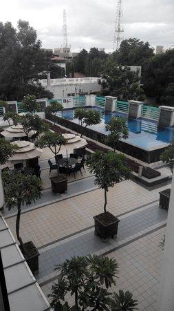 Radha Regent Bengaluru: Swiming Pool view from the room I stayed