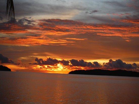 Sunset Bar at Shangri-La's Tanjung Aru Resort and Spa : amazing sunset