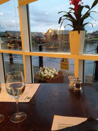 Holiday Inn Ellesmere / Cheshire Oaks: View from our table in the restaurant , very romantic