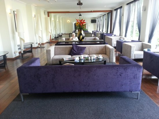 Sandymount Hotel: Main sitting area off lobby