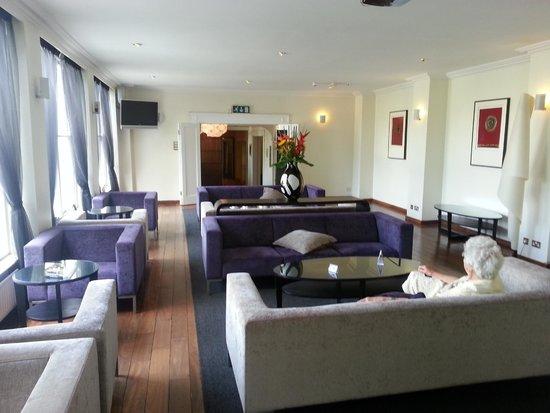 Sandymount Hotel: Sitting area looking towards lobby