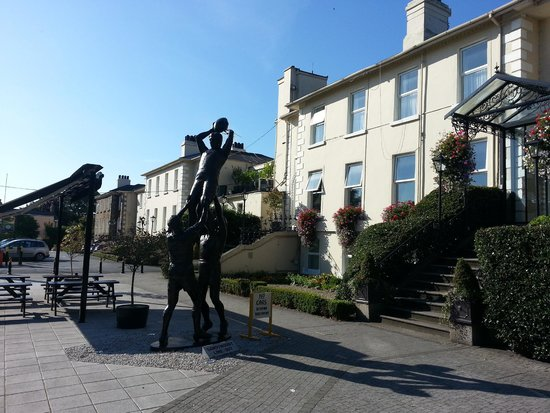 Sandymount Hotel: Outside of hotel