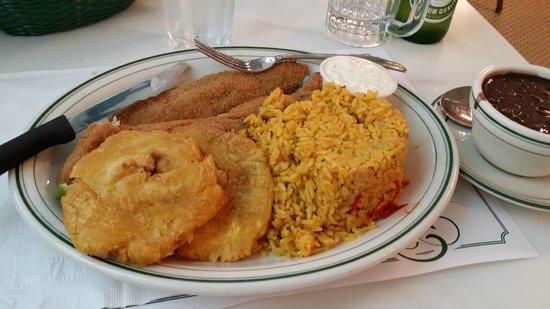 Versailles Restaurant : Pargo, arroz, tostones y frijoles negros