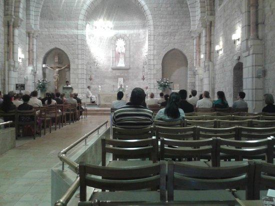 Notre Dame Guest House: Capilla en la nave central