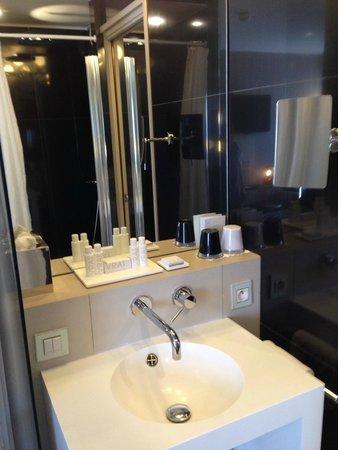 Hotel 7 Eiffel: Bathroom in city room