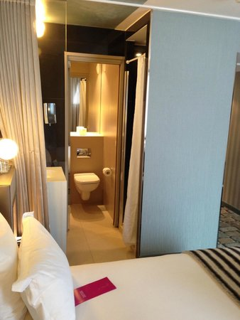 Hotel 7 Eiffel: Bathroom of city room (there is a sliding door for privacy)