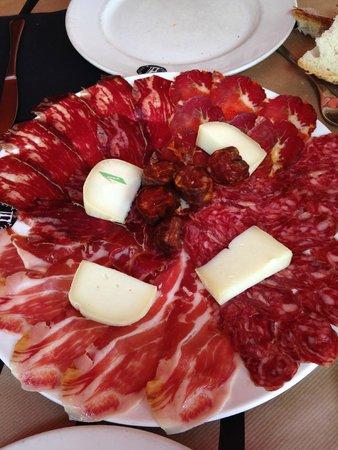 Tierra Astur: Plato de embutidos y queso