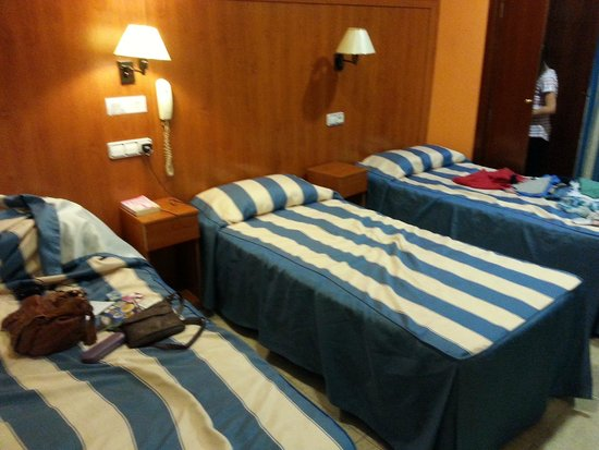 Hotel Canton: our triple bed room