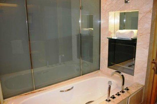Wyndham Grand Plaza Royale Oriental Shanghai: restroom