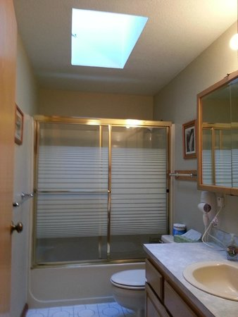 BaseCamp Cottages : Tamanos bathroom with skylight