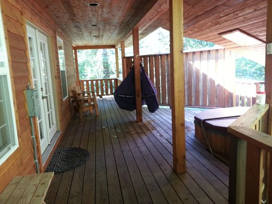 BaseCamp Cottages: Tamanos side deck with hot tub and hammocks