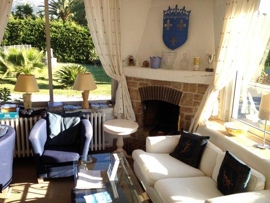 Logis Hotel des Cayrons: hotel lounge