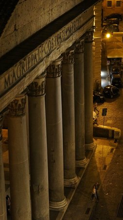 Albergo del Senato: The Pantheon