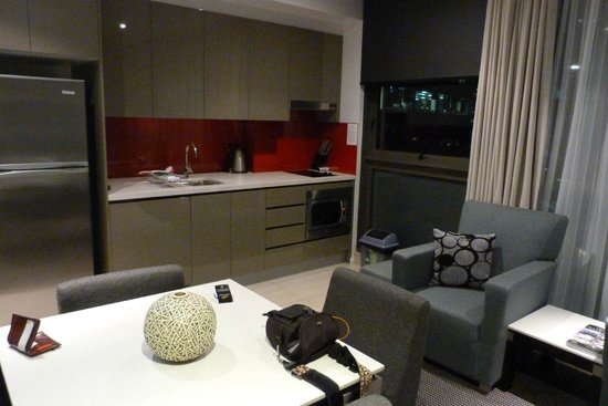 Meriton Serviced Apartments Campbell Street : The kitchen and living area