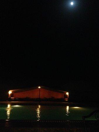 Hotel Riad Ali: La tente caïdale à coté de la piscine