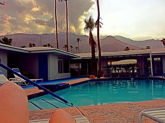 Palm Springs Rendezvous: Obligatory Poolside Hot Dog Legs Photo