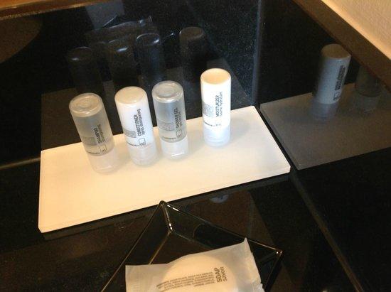 Le Meridien München: Körperpflegeprodukte im Badezimmer