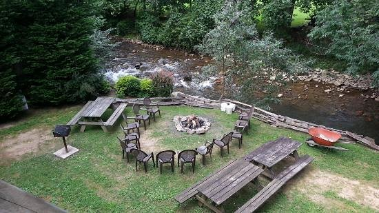Maggie Valley Creekside Lodge: Picnic area next to stream